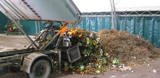 Scarico_organico_centro_compostaggio
