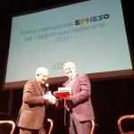 da sx Amb Boffo consegna il Premio a Tumbiolo