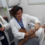 Il commissario dell'Asp nel camper mobile per le vaccinazioni, si sottopone all'antinfluenzale