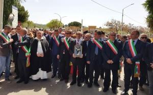 delegazione di sindaci in piazza Spataro