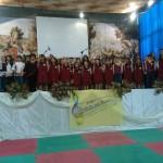 foto Coro per Mirea con lamamma Anna le docenti e la preside